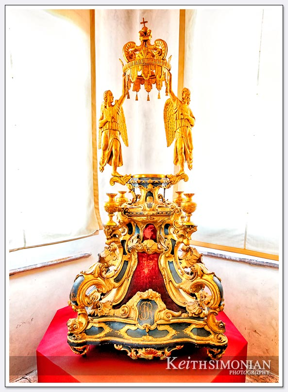 Gold statue of crown held by angels - Venice Italy